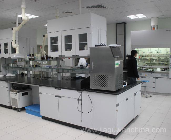 等组成。 设有大量标准实验台的传统化学实验室是基本的形式,这是化学实验室的主体,又称基本化学实验室。随着科学技术的发展,先进的分析技术和现代微机化学分析仪器不断问世和创新,导致了化学实验室的面貌发生一系列变化。所以除了化学基本实验室外,还需设置多种特殊实验室。有的称之为特种辅助实验室,我们称为仪器分析实验室,其所占的比例则又随着科技和工业的发展在不断的提高。采纳各种现代分析仪器的仪器分析实验室将逐步成为化学实验室的主体之一。这里所谓辅助实际上并不是辅助性的,只是以此区别传统的基本化学实验室而已。 (一)